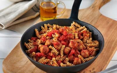 Vollkorn Spiralen mit Bratwurstbällchen in Tomatensauce