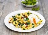 Spinat-Korkzieher mit pochiertem Ei