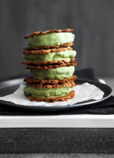 Matcha-Eiscreme-Sandwiches mit Honig-Hafer-Keksen