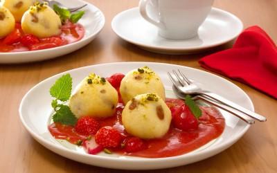 Topfenknödel mit Erdbeer-Rhabarber-Sauce