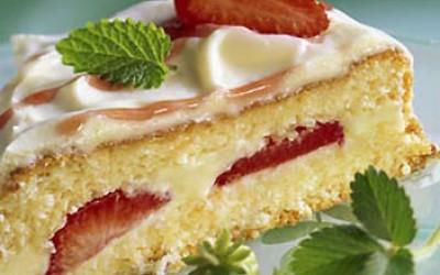 Weißes Schokoladenherz mit Erdbeeren