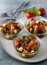 Tomate-Basilikum Nudelsalat mit Oliven und Schafskäse