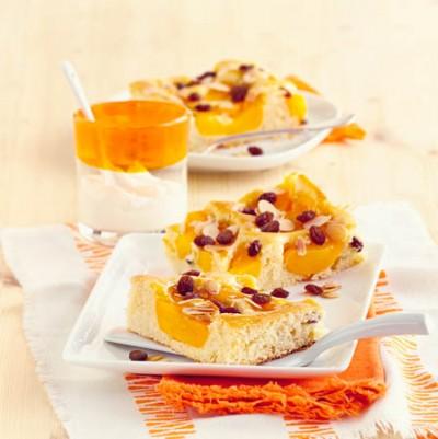 Pfirsich-Rosinen-Blechkuchen mit Marzipan