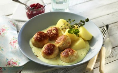Geflügel-Köttbullar mit Kartoffeln und Preiselbeeren