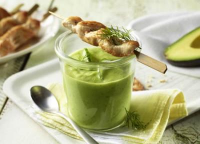 Kalte Avocado-Suppe mit Putenspießen und Frühlingszwiebeln