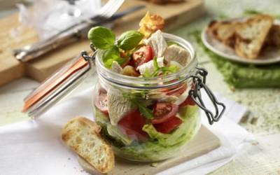Hähnchen-Schicht-Salat mit Bacon und Ei