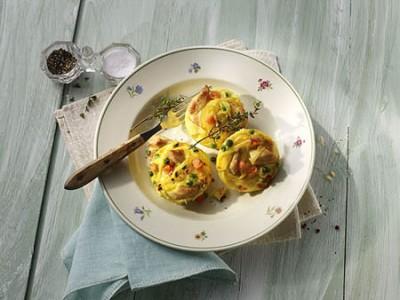 Nudel-Hähnchen-Muffins mit Erbsen und Möhren