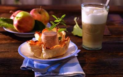 Apfel-Amaretto-Parfait mit Apfelkompott in der Knusperhippe