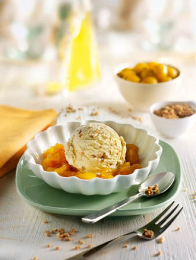 Krokant-Eis mit Mirabellen-Kompott