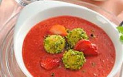 Geeistes Erdbeersüppchen mit karamellisierten Ingwerknödelchen