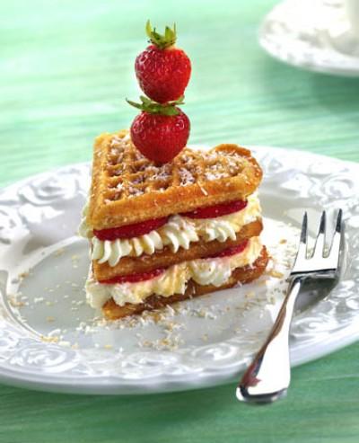 Ahornsirup-Kokos-Waffelherzen mit Erdbeer-Sahne-Füllung