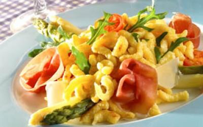 Rucola-Spätzle-Salat mit grünem und weißen Spargel