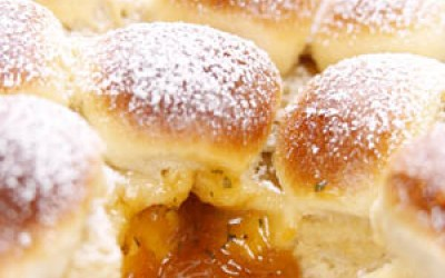 Buchteln mit Aprikosen-Minzfüllung und Vanillerahm