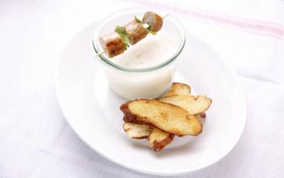 Sauerkrautsüppchen mit gebratenen Rostbratwürstchen und Brezenchips