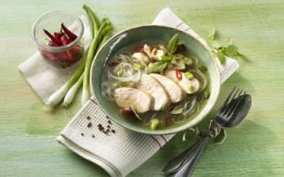 Asiatische Geflügelsuppe mit Glasnudeln und Shiitake