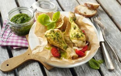 Hähnchenkeulen mit Basilikum-Pesto in Pergament