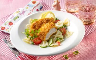 Hähnchen-Knusperschnitzel mit buntem Nudelsalat