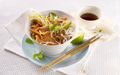 Hähnchen-Glasnudel-Salat mit Gurke, Limette und Sprossen