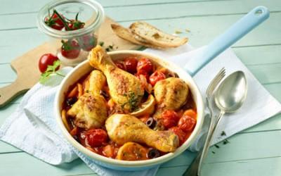 Geschmorte Hähnchenschenkel in Tomaten-Oliven-Sud