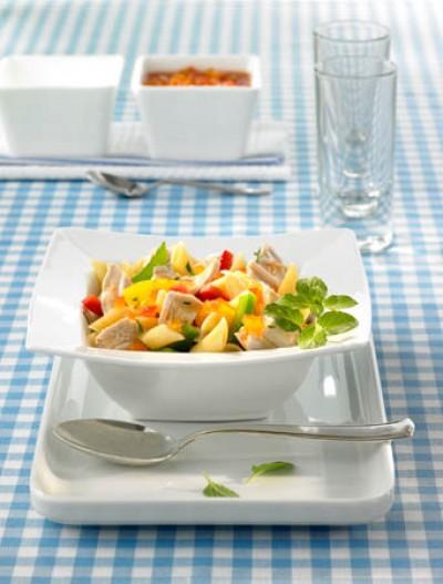 Putennudelsalat mit Paprikamix und Gurke
