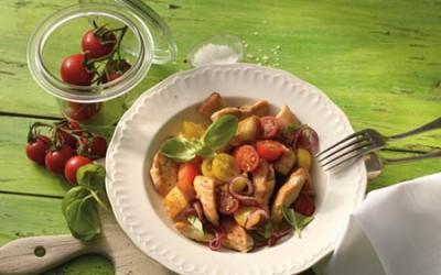 Hähnchensalat mit krossen Brotwürfeln und Tomaten