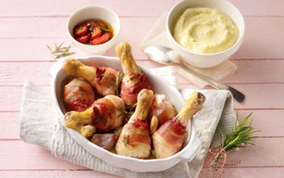 Hähnchenkeulen in Speck mit Rosmarin und Polenta