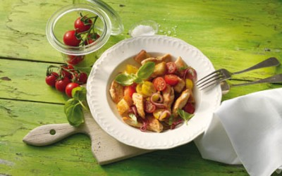 Hähnchen-Brot-Salat mit bunten Kirschtomaten