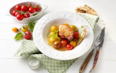Putensteaks in Speck mit Balsamico-Tomaten
