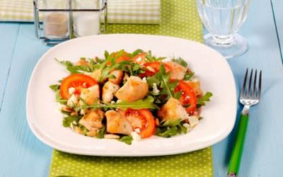 Hähnchen-Tomaten-Salat mit Rucola und Pinienkernen