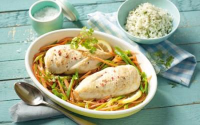 Hähnchenbrustfilets in Reiswein mit Frühlingsgemüse und Kräuterreis