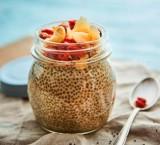 Veganer Chia-Pudding mit Kokoschips, Beeren und Nüssen