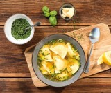 Herzhafte Suppe mit Mezzelune Formaggi und Gemüse
