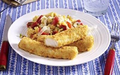 Riesen Fisch-Sticks mit rotem Paprika-Risotto und Parmesan