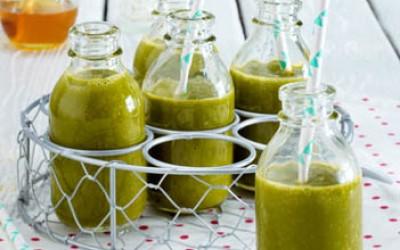 Grüner Smoothie mit Grünkohl und Mango