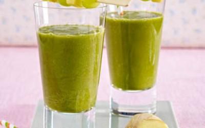 Grüner Smoothie mit Spinat, Ananas, Apfel und Ingwer