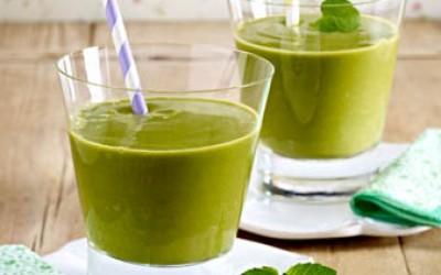 Grüner Smoothie mit Spinat, Granatapfel und Avocado