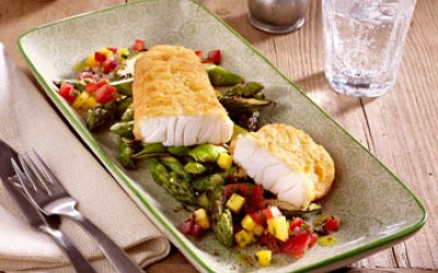 Filegro Traditioneller Ofen-Backfisch auf grünem Spargel