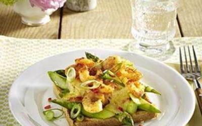 Spargeltoast mit Ananas und Garnelen