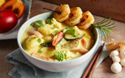 Kartoffel-Gemüse-Curry mit Garnelenspießen