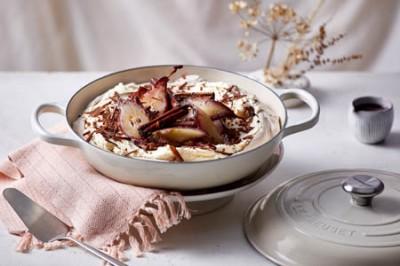 Schokoladen-Pavlova mit pochierter Birne
