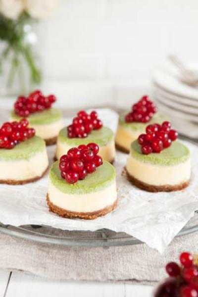 Zitronen-Cheesecakes mit Matcha-Sauerrahm