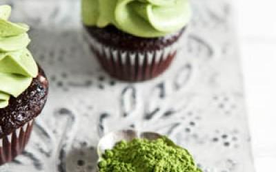 Schoko-Cupcakes mit Johannisbeergelee und Matcha-Frosting