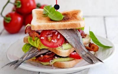 Clubsandwich mit Matjes, Avocadomayonnaise und knusprigem Speck
