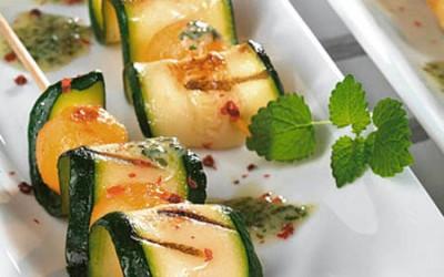Gegrillter Zucchini-Melonenspieß mit Kräuter-Butter