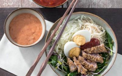 Poke Bowl mit Senfei, Thunfisch und Kimchi Creme