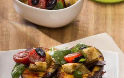 Gegrillte Avocado mit Tomaten-Brotsalat