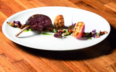 Neuseelandhirsch-Carée vom Grill mit weißem Pfirsich und Lauch-Pilz-Salsa