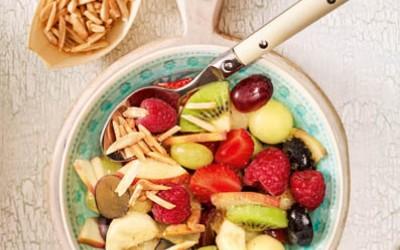 Frischer Obstsalat mit Mandeln