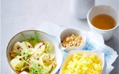 Jasmin-Reis mit Bananen, Zwiebeln und Erdnüssen