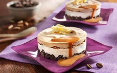 Kaffee-Eistörtchen mit Pinienkernen und Karamellsoße